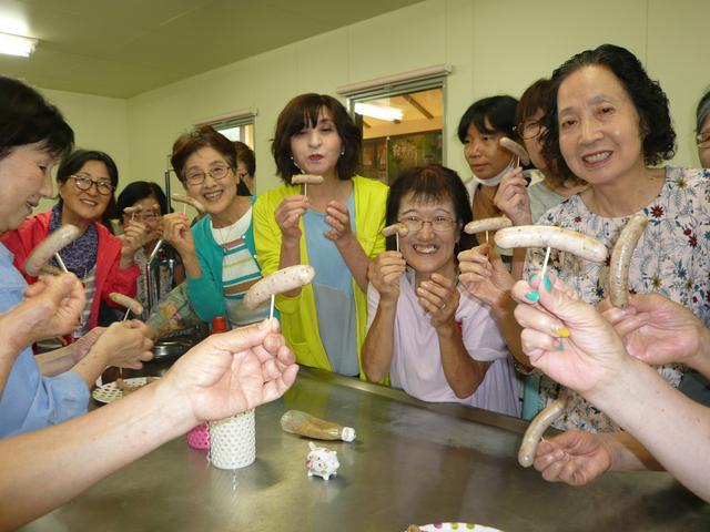 画像: みんなで協力して作ったウィンナーの味は格別でした