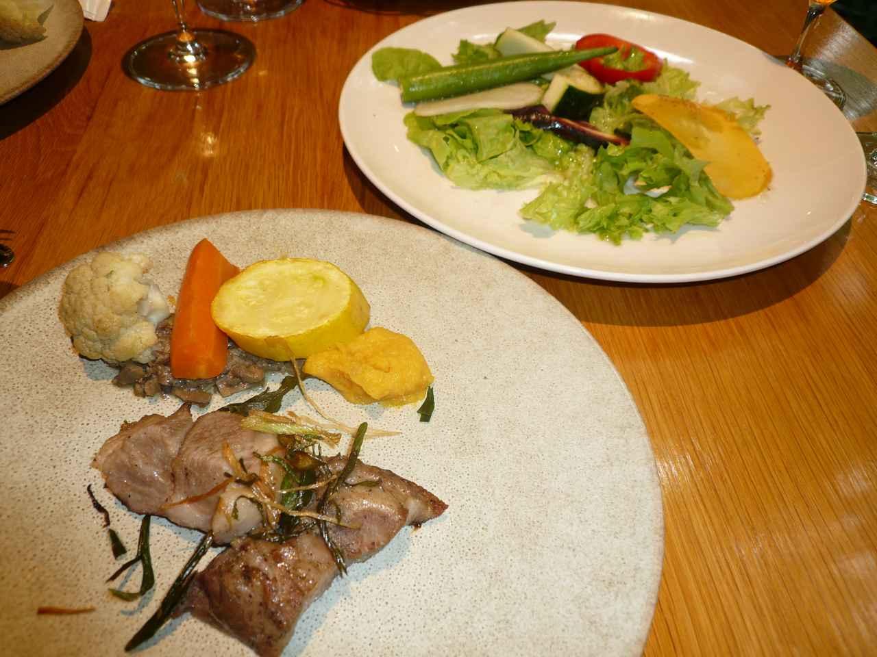 画像: メイン料理のポークのソテーと高原野菜のサラダ