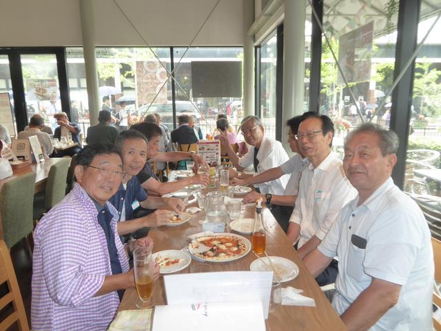画像: 昼食は工場近くのピッツァリアアッセ吹田片山店で「ピッツァランチ」の昼食をいただきました。こちらでもビールを注文されるエコーさんがいらっしゃいました。