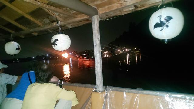 画像: 周辺の街の灯りが少なく、松明の光が闇夜に浮かび上がり幻想的です。