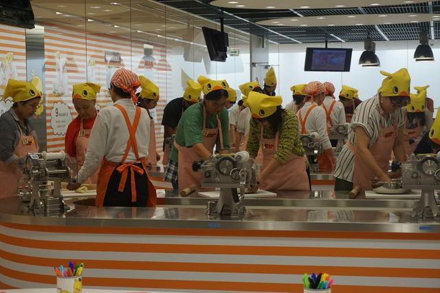 画像: 製麺機で生地を伸ばします