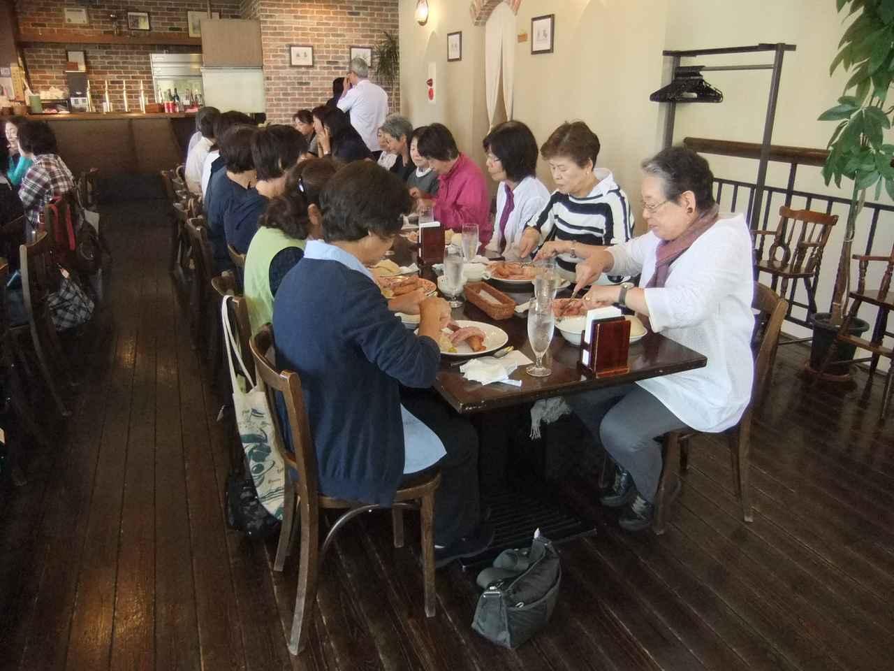 画像: お食事を楽しむ皆さん