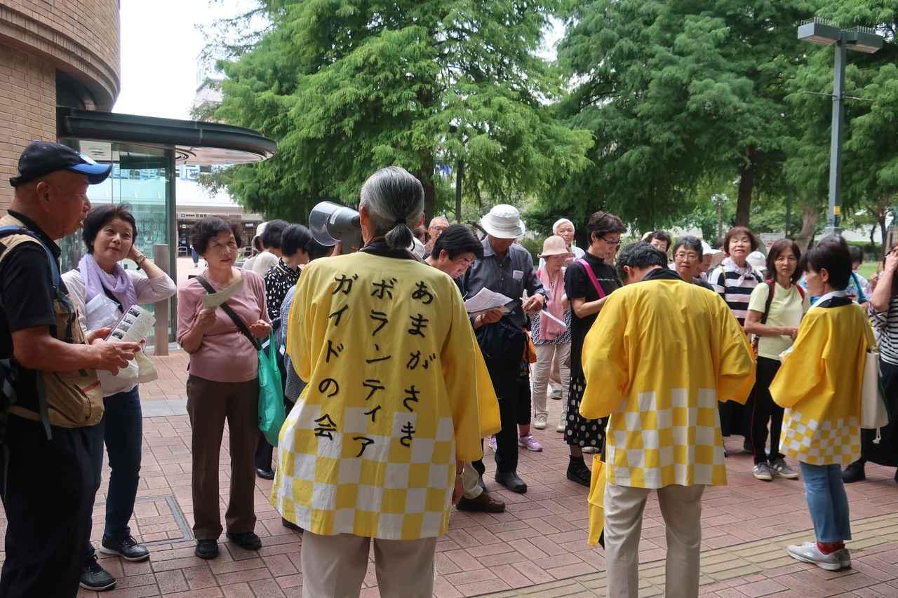 画像: 10人ずつのグループに分かれて、寺町めぐりがスタート!