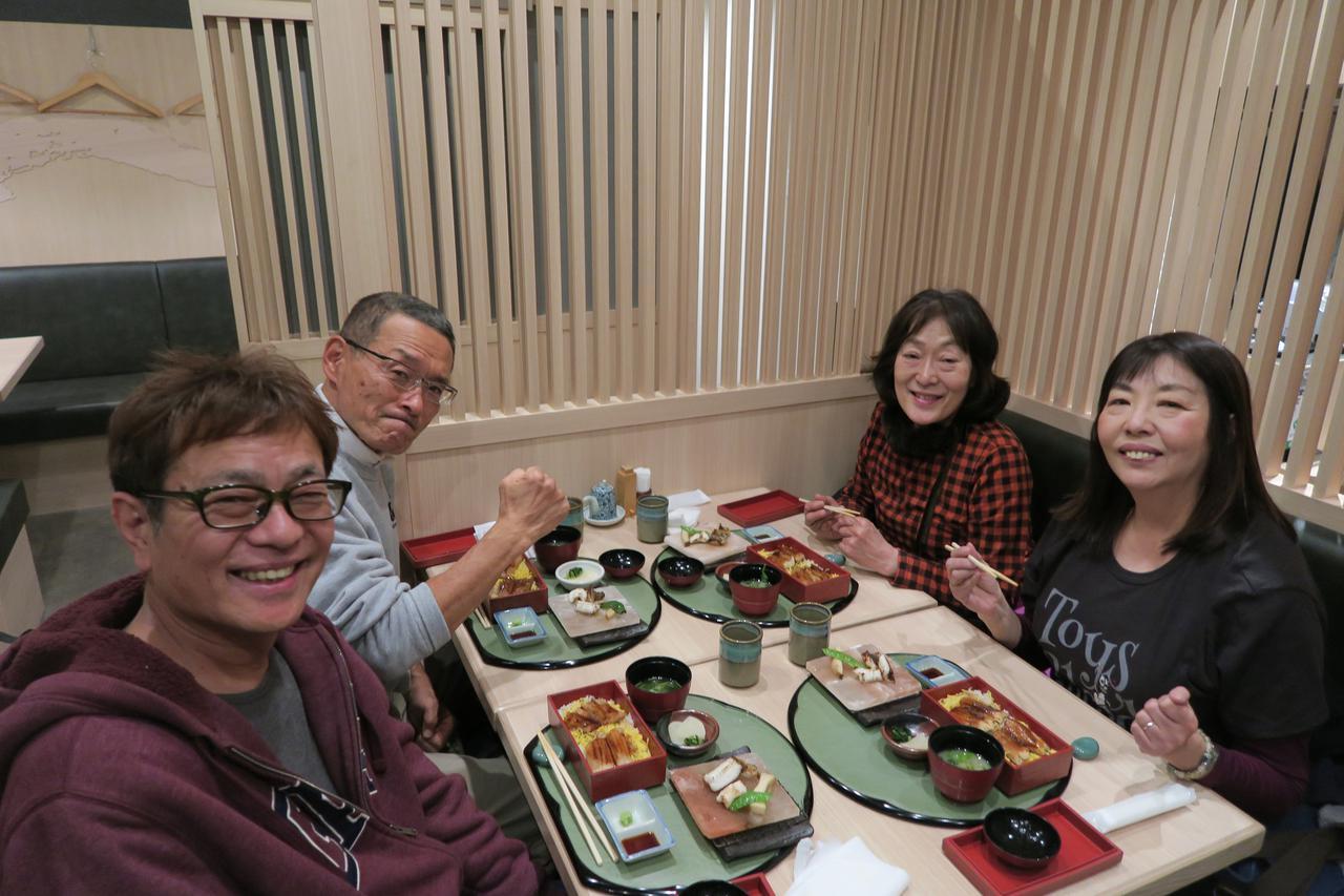 画像: 食事をしながら会話が弾みます