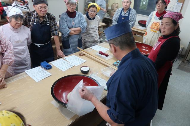 画像: 植田塾長の蕎麦打ちを見学するエコーさん