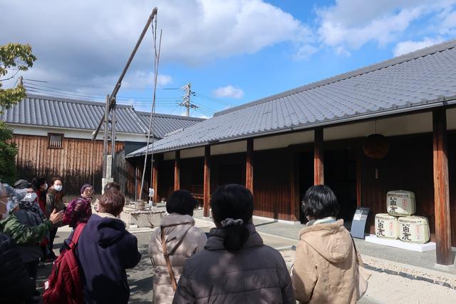 画像: 酒蔵館の入り口には酒作り用の水を汲み上げるのに使われた木製の大型汲み上げ機が展示されています。