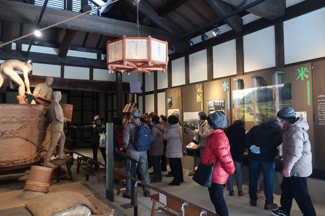 画像: 明治2年築の酒蔵は、震災では倒壊せずに残り現在は耐震補強もされ展示室として白鹿の酒作りの歴史を伝えています。
