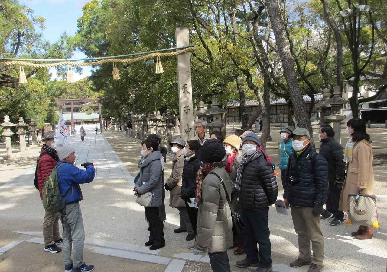 画像: 福男選びのコースとなる参道上にて。参道(写真左側)を奥へ進み左折するとゴールの正殿があります