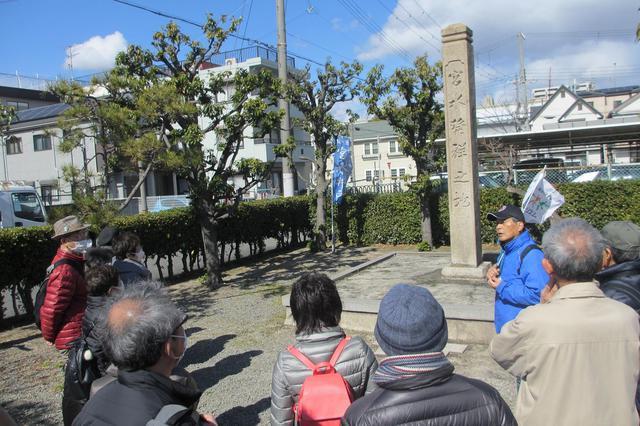 画像: 地碑前にて。日本の名水百選に選ばれており、この地域の酒蔵はすべて宮水を使用し大切に保全されています。