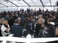 画像: 世界中からこの日のために集まった沢山の顧客とマスコミ