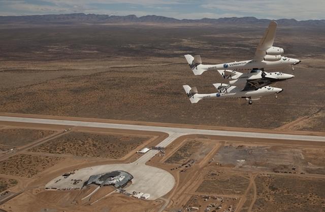 画像: 滑走路の完成を記念して、カリフォルニアのモハベ空港より飛来したホワイトナイト2+スペースシップ2。下に見えるのが「スペースポートアメリカ」の全景。