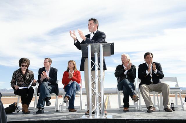 画像: 式典風景。一番右がニューメキシコ州ビルリチャードソン知事。その隣がヴァージンのリチャードブランソン会長。