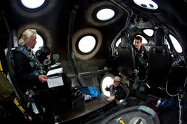 画像: ホワイトナイト2内部と搭乗する ヴァージングループのブランソン会長