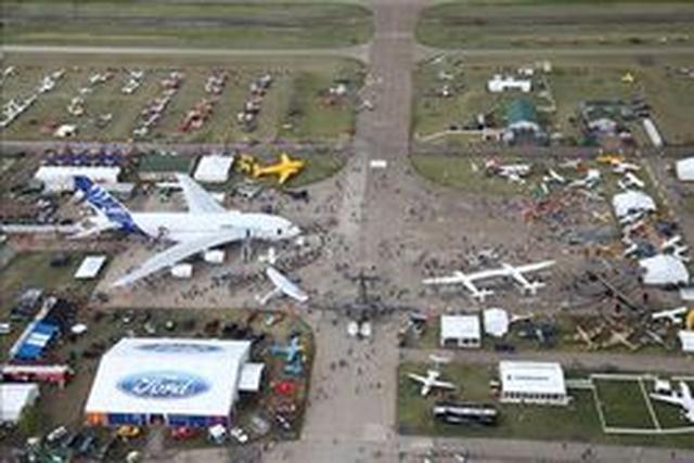 """画像: 航空ショウ「the EAA Airventure 2009」会場 (中央右下にホワイトナイト2が駐機)credited """"EAA photo/Abbey Haug. Used with permission."""""""