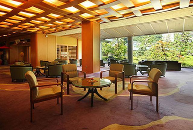 画像: 三朝館・美しい日本庭園を眺められる広々としたロビー