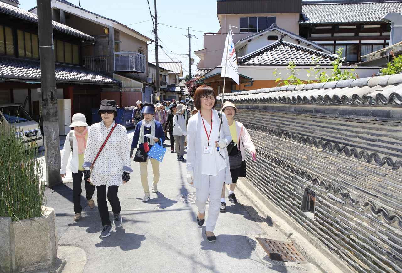 画像: 「らくたび」ガイドと一緒に、地元の人しか通らないような路地を歩く旅仲間
