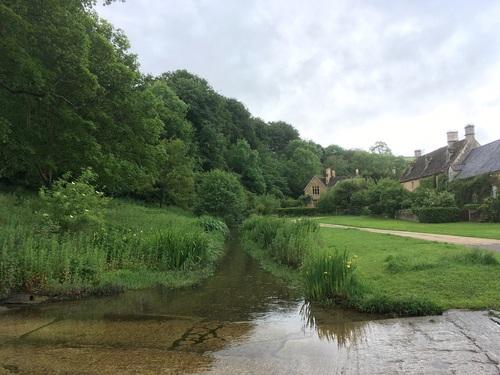 画像: 水と美しく調和したコッツウォルズの村