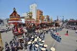 画像: でんぐり返しをする唐子や太鼓を叩くサルなどの山車からくりが、生き生きとした動きで観衆を楽しませてくれる富山の高岡御車山祭