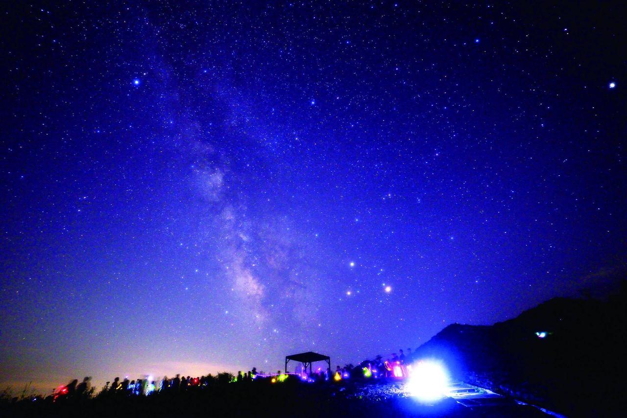 画像: 白馬五竜高山植物園からの星空イメージ。旧暦7月7日にあたる今年8月28日に夜間特別貸切が行われる