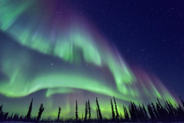 画像: フィンランドの夜空に舞うオーロラ。形はカーテン状や帯状などがあり、時間の経過とともに変化していく様子は神秘的