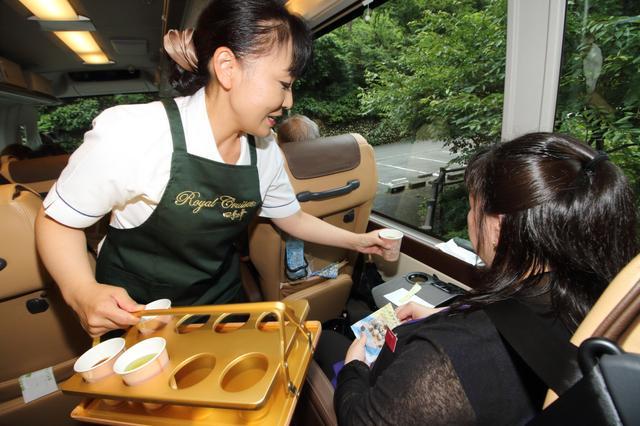 画像: ホットコーヒーまたは日本茶を。お茶菓子もご用意しています