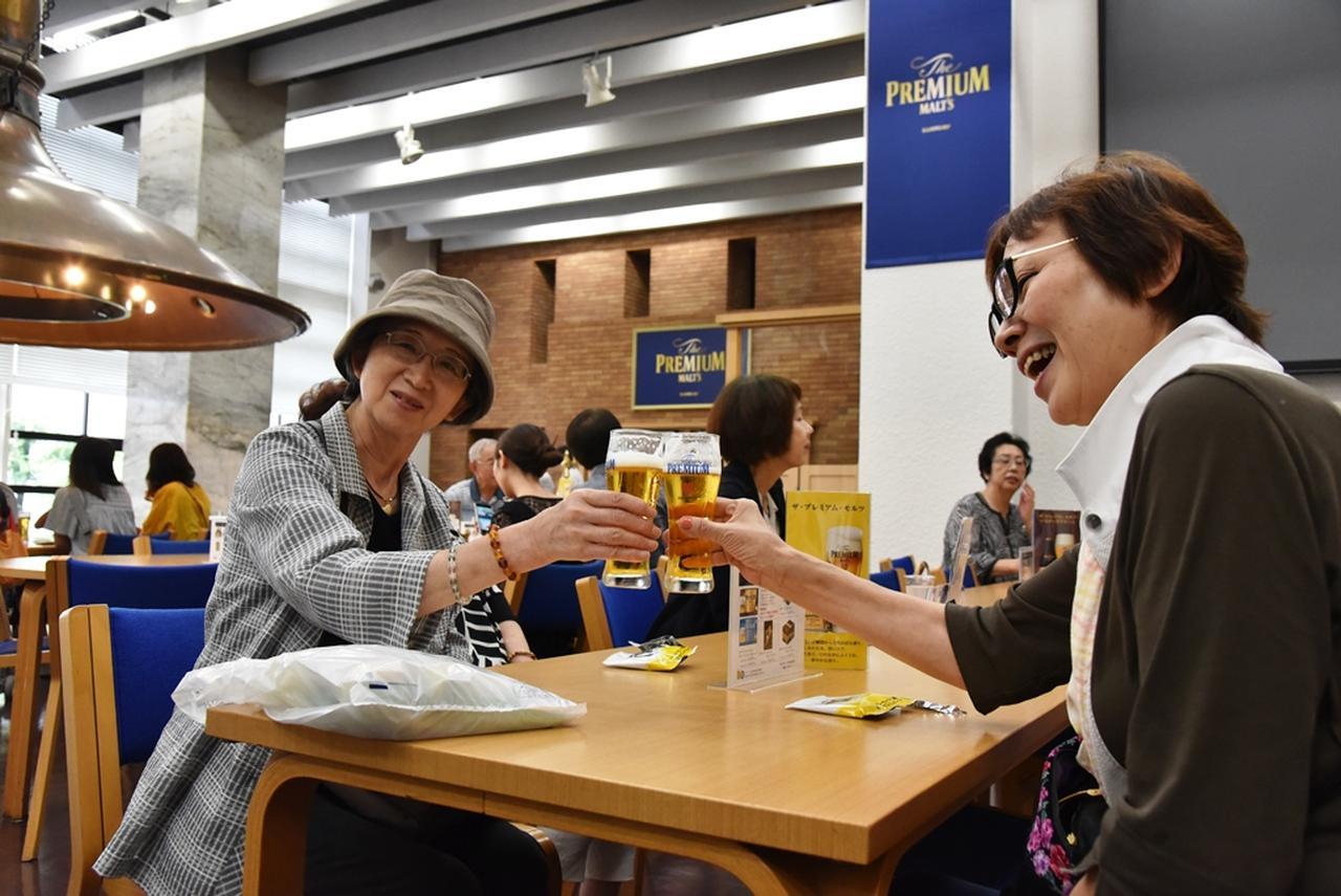 画像: 見学後はお待ちかねの試飲タイム。工場でいただくできたてのビールは、最高のおいしさです!