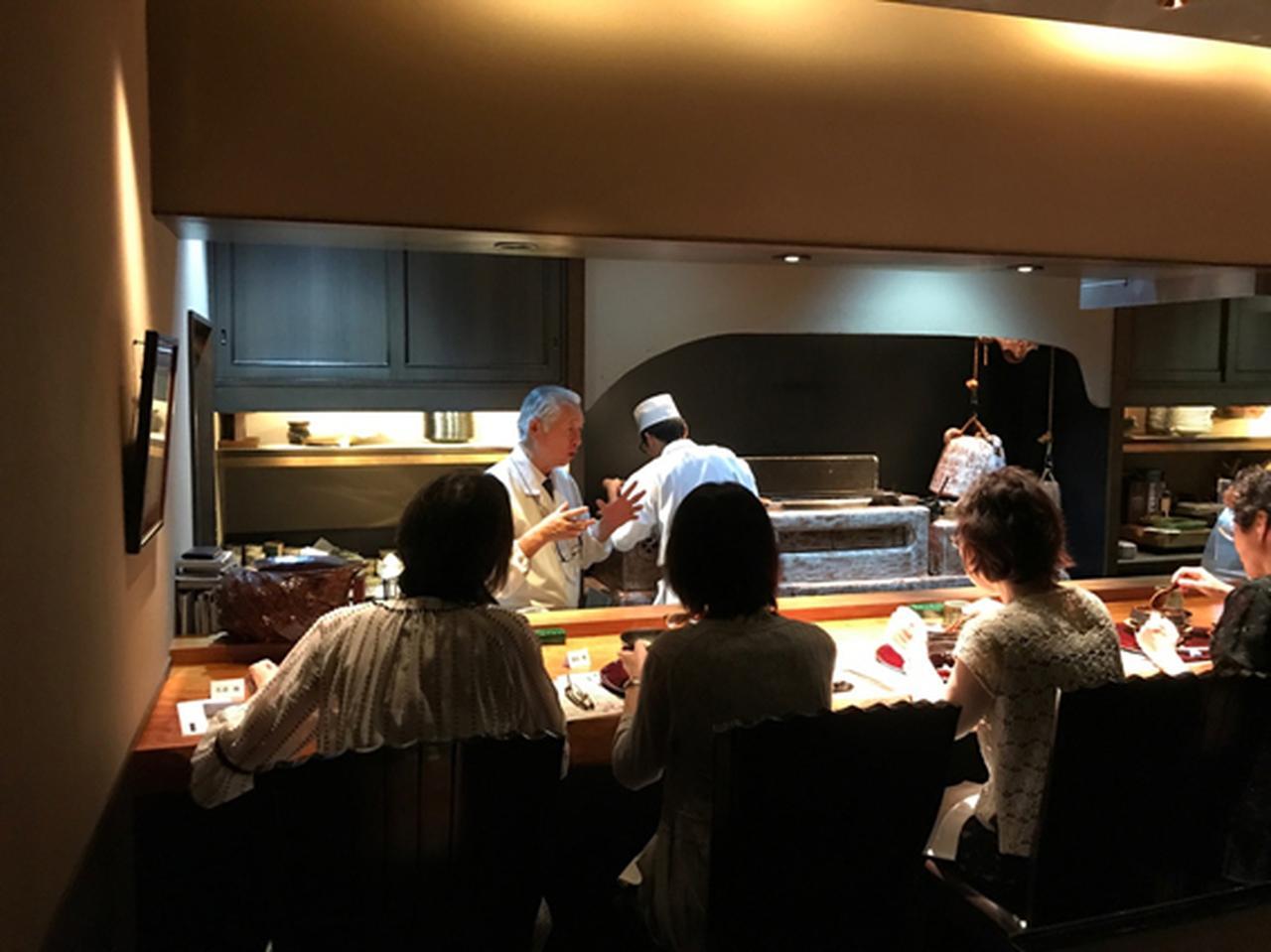 画像: カウンター席越しに料理の説明をされる川越さん