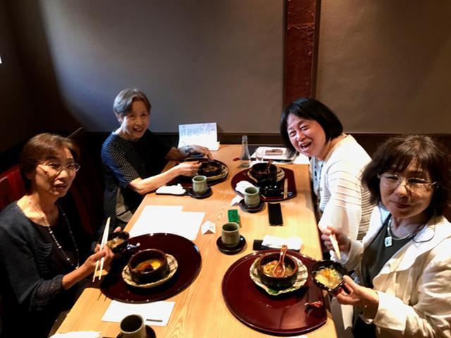 画像: 初対面でも同じテーブル、そして美味なる食事があれば自然と笑顔があふれます