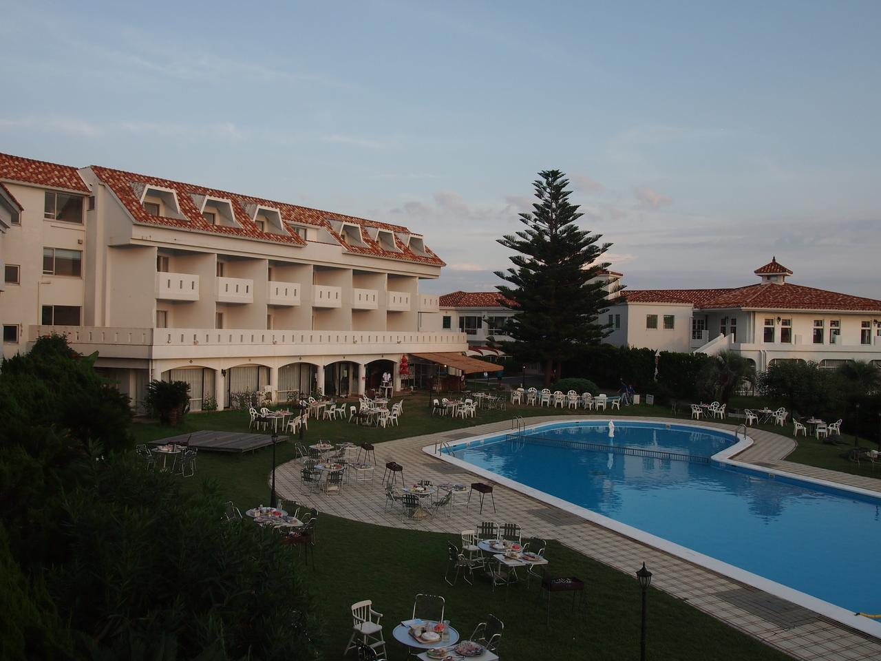 画像: 宿泊はうれしい1名1室。南国気分満点の館山リゾートホテルにて