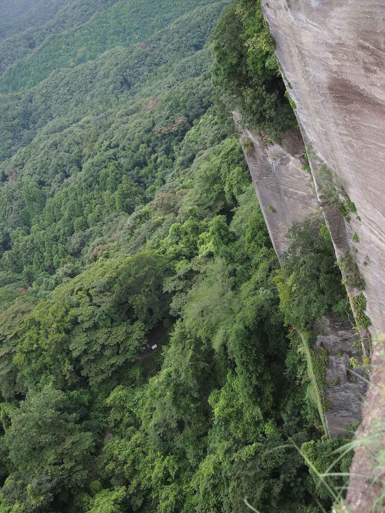 画像: 鋸山の急峻な断崖