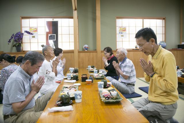 画像: シリーズは6回とも店内での昼食となります。今回はお寿司をお座敷で