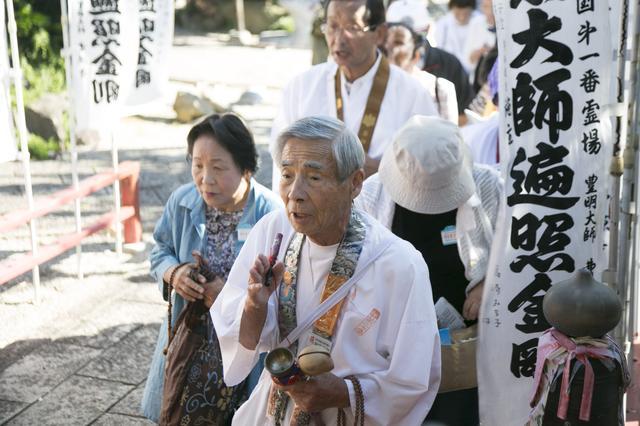 画像: 曹源寺にて榊原先達(手前)に従ってお参りされる旅仲間たち