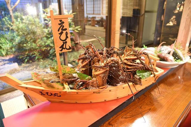 画像: 大きな伊勢海老は造りやエビ汁でご賞味