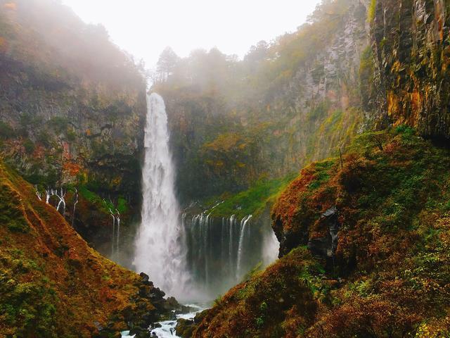画像: 前日の雨で水量が増した迫力満点の「華厳の滝」