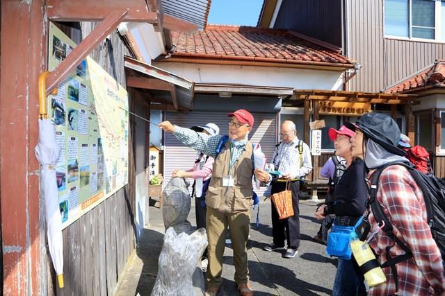 画像: ガイドの多田さん(左)