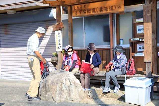 画像: ウォーキングの途中でひと休み。旧東海道を歩く旅を通して、顔なじみになられた皆様