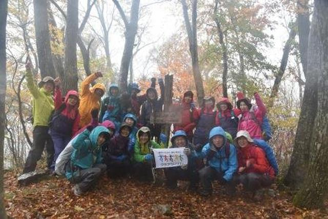 画像: 山頂で記念撮影。雨天時の登山に大きな自信がつきました