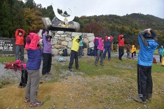 画像: 戦国時代の山城跡がある小谷山。兜のオブジェの前で準備体操