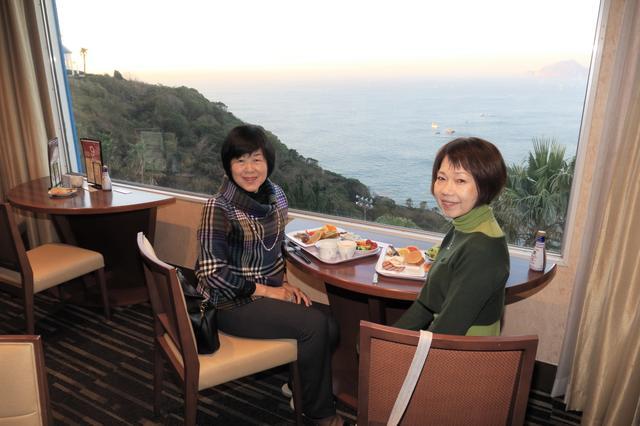 画像: 客室などいろいろな場所から海の眺望が楽しめる伊良湖ビューホテル。写真は朝食時のレストランにて