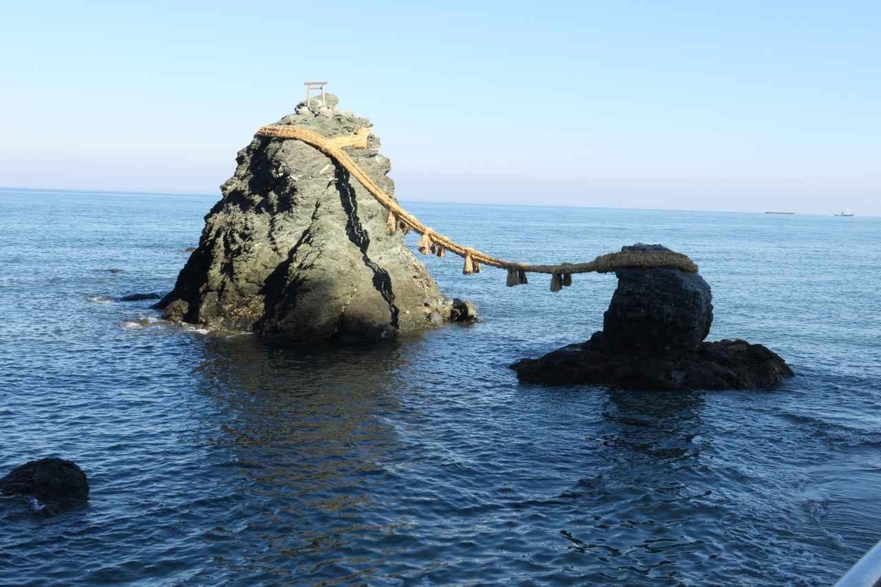 画像: 二見興玉神社の沖、男岩(左)と女岩が大注連縄で結ばれた夫婦岩
