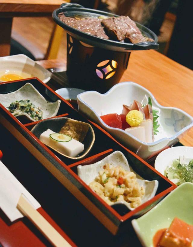 画像: 豆腐ようやジーマーミー豆腐、ミミガーなどの郷土料理