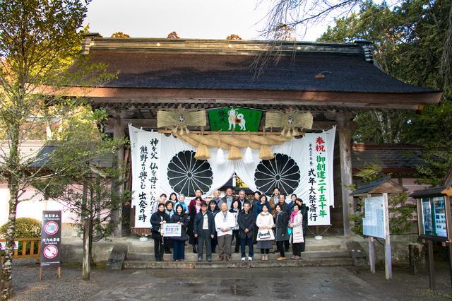 画像: 御創建2050年の記念年を迎えた熊野本宮大社。神門前にて記念撮影