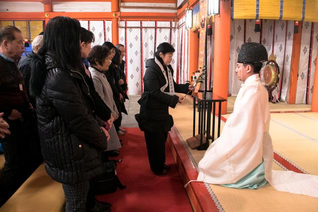 画像: 熊野那智大社・拝殿にて。厳かな正式参拝の様子