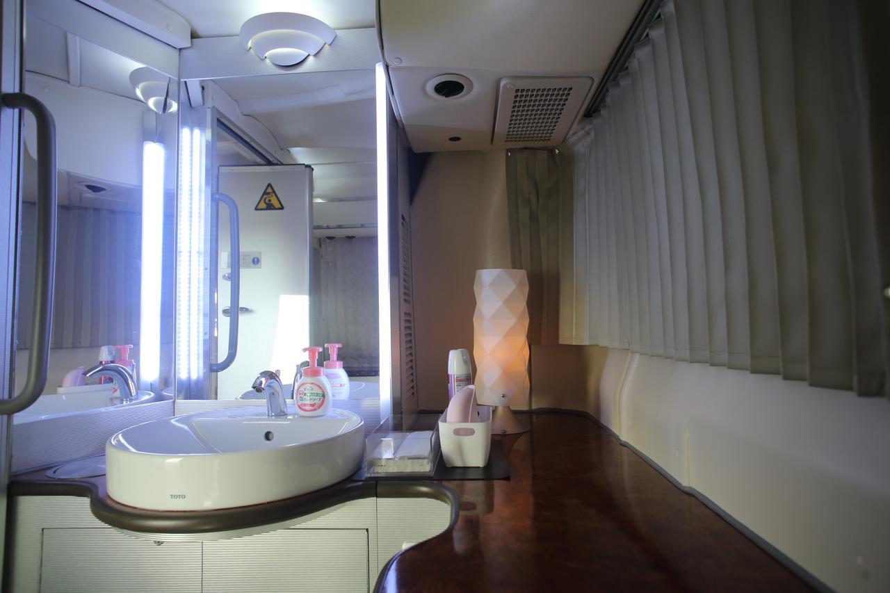 画像: バス車内とは思えない化粧室。トイレ完備なので移動中も安心です