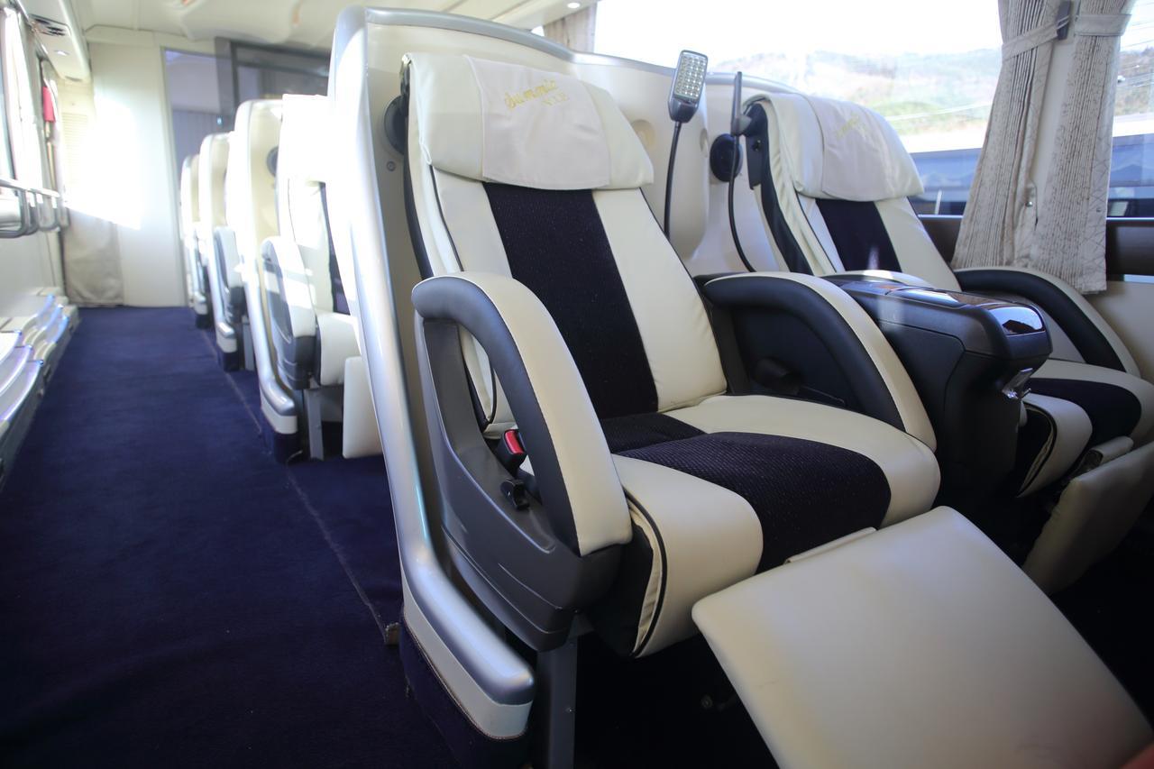 画像: 上質感ある革張りのシート。片側2シートで通路も広々とした全10席バス