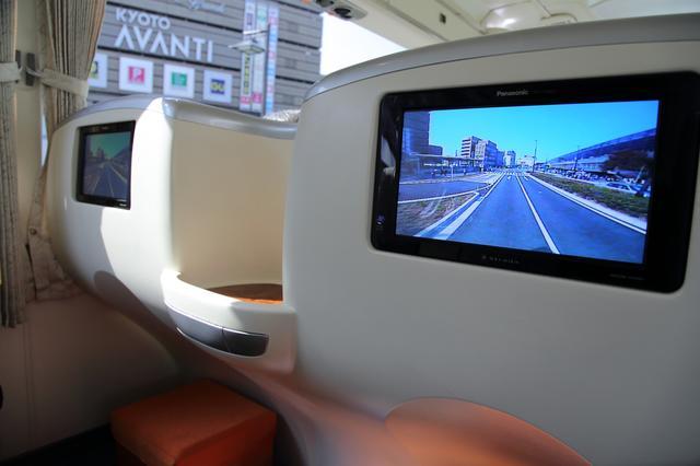 画像: 座席前方にはモニターも。走行中の風景を見ることができます