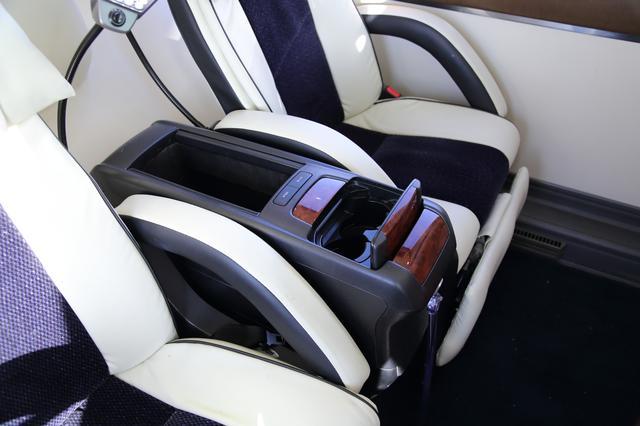 画像: 座席中央にはドリンクホルダーと小物入れが備わっています