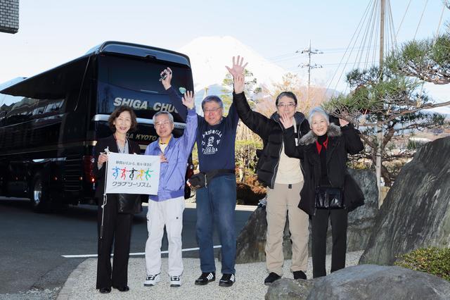 画像: 日本一周の旅の途中、ホテル鐘山苑にてバスと富士山を背景に
