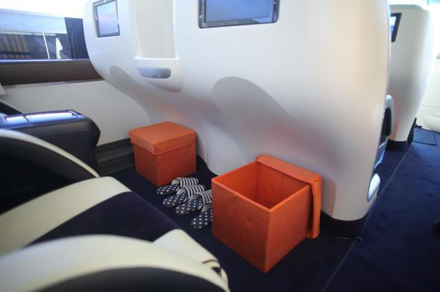 画像: ボックスに足を乗せれば、足先まで伸ばすことができます。荷物入れとしても使えます