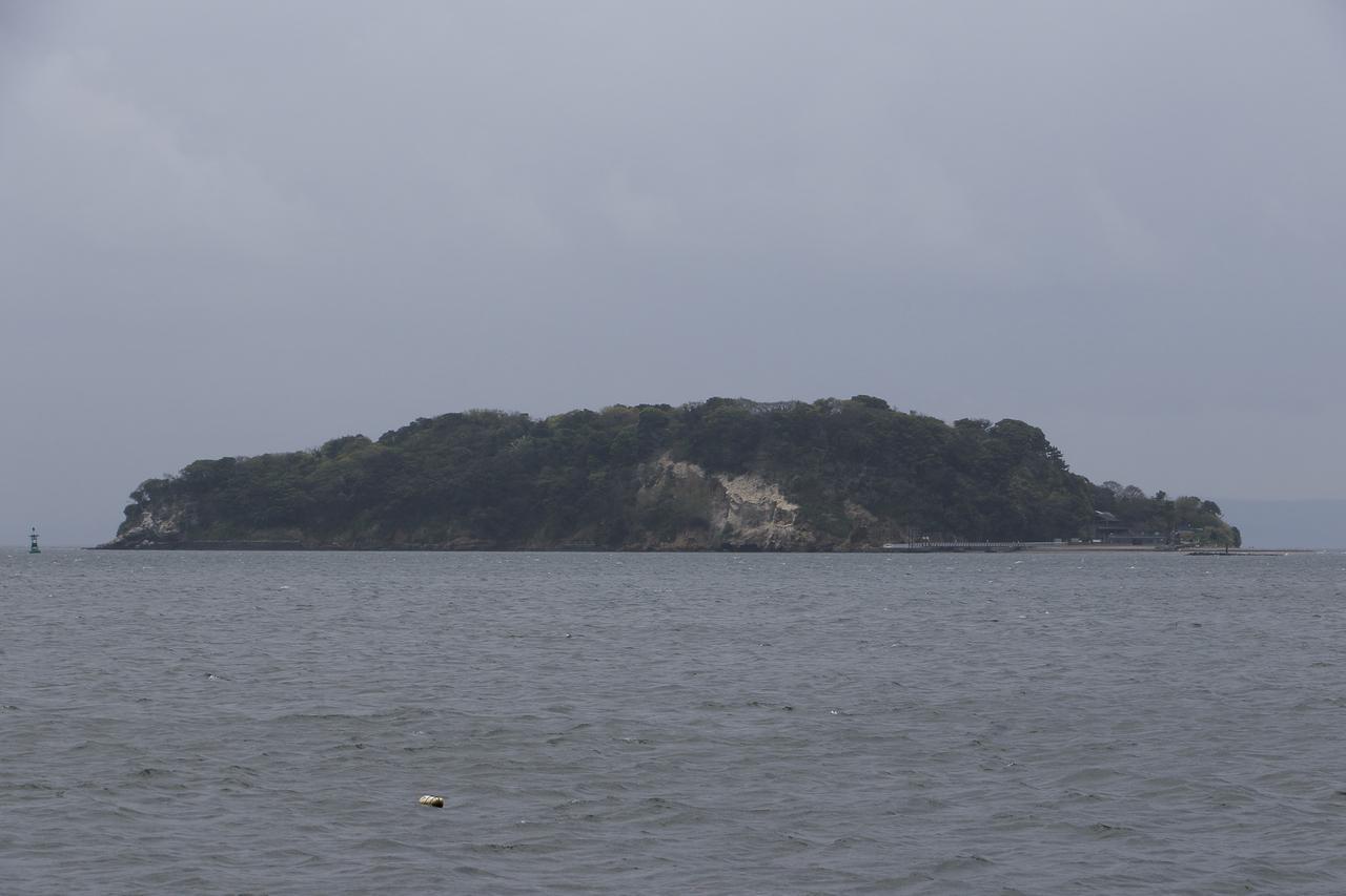 画像: 猿島です。出港する前からはっきり見えるほどの近さ。この日は少しだけ雨模様